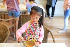 Λίγο μαγείρεμα αρχιμαγείρων στην κουζίνα στοκ εικόνα με δικαίωμα ελεύθερης χρήσης