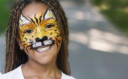 Λίγο μαύρο κορίτσι με τη ζωγραφική προσώπου τιγρών στοκ εικόνες