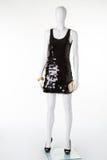 Λίγο μαύρο φόρεμα με τα μαύρα παπούτσια και ένα χρυσό πορτοφόλι Στοκ εικόνα με δικαίωμα ελεύθερης χρήσης
