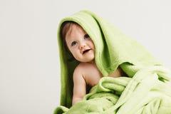 Λίγο μικρό παιδί που καλύπτεται στο άνετο κάλυμμα Στοκ φωτογραφία με δικαίωμα ελεύθερης χρήσης