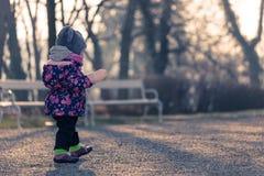 Λίγο μικρό παιδί μωρών που ερευνά το κρύο έξω από τον κόσμο στο πάρκο Στοκ Εικόνα