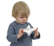 Λίγο μικρό παιδί που έχει ένα κρύο, απομονωμένο στο λευκό Στοκ φωτογραφίες με δικαίωμα ελεύθερης χρήσης