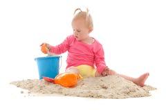Λίγο μικρό παιδί που παίζει στην άμμο Στοκ εικόνες με δικαίωμα ελεύθερης χρήσης