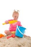 Λίγο μικρό παιδί που παίζει στην άμμο Στοκ φωτογραφία με δικαίωμα ελεύθερης χρήσης
