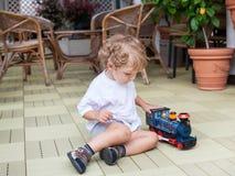 Λίγο μικρό παιδί που παίζει στο patio Στοκ φωτογραφία με δικαίωμα ελεύθερης χρήσης