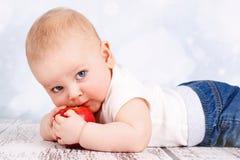 Λίγο μικρό παιδί που τρώει το μήλο Στοκ φωτογραφία με δικαίωμα ελεύθερης χρήσης