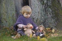 Λίγο μικρό παιδί σε ένα πάρκο φθινοπώρου Στοκ Εικόνες