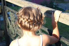 Λίγο μοντέρνο κορίτσι με το όμορφο κομμωτήριο Στοκ Εικόνα