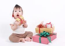 Λίγο μωρό γιορτάζει τα Χριστούγεννα Διακοπές του νέου έτους Στοκ Εικόνα