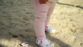 Λίγο μωρό μαθαίνει να περπατά Πρώτα βήματα Σε αργή κίνηση 120 fps Κλείστε επάνω στα πόδια E r HD απόθεμα βίντεο