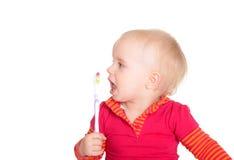 Λίγο κοριτσάκι με την οδοντόβουρτσα που απομονώνεται στο άσπρο υπόβαθρο στοκ φωτογραφίες με δικαίωμα ελεύθερης χρήσης