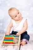 Λίγο μωρό που παίζει με τον άβακα Στοκ Εικόνες