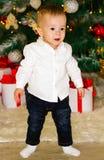 Λίγο μωρό που σέρνεται κοντά στο χριστουγεννιάτικο δέντρο στοκ φωτογραφία με δικαίωμα ελεύθερης χρήσης