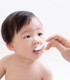 Λίγο μωρό που ταΐζει με ένα κουτάλι Στοκ φωτογραφία με δικαίωμα ελεύθερης χρήσης