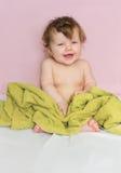 Λίγο μωρό σε μια πράσινη πετσέτα μετά από να λούσει Στοκ Εικόνες