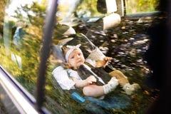 Λίγο μωρό στερέωσε με τη ζώνη ασφάλειας στο κάθισμα αυτοκινήτων ασφάλειας Στοκ εικόνα με δικαίωμα ελεύθερης χρήσης
