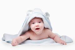 Λίγο μωρό στην μπλε πετσέτα Στοκ εικόνα με δικαίωμα ελεύθερης χρήσης