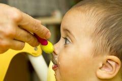 Λίγο μωρό τρώει Στοκ Εικόνες