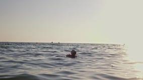 Λίγο νέο κορίτσι που μαθαίνει να κολυμπά στη θάλασσα φιλμ μικρού μήκους