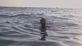 Λίγο νέο κορίτσι που μαθαίνει να κολυμπά στη θάλασσα απόθεμα βίντεο