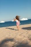 Λίγο νέο κορίτσι που ψάχνει στην άμμο θάλασσας Στοκ φωτογραφία με δικαίωμα ελεύθερης χρήσης