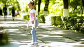 Λίγο να κάνει κοριτσιών brunette κάνει τούμπα γυμναστική αναταραχής στο πάρκο απόθεμα βίντεο