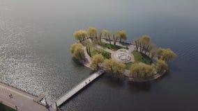 Λίγο νησί κατά την άποψη λιμνών από τον κηφήνα απόθεμα βίντεο