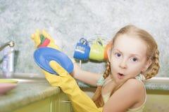 Καθαρίζοντας πιάτα Στοκ Εικόνες