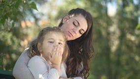 Λίγο ξανθό κορίτσι και η μητέρα της γελούν από κοινού απόθεμα βίντεο