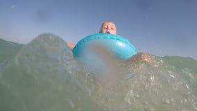 Λίγο ξανθό μπλε eyed κοριτσάκι που παίζει στο βίντεο νερού απόθεμα βίντεο