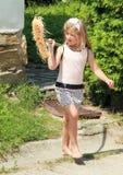 Κορίτσι με τη σκούπα Στοκ εικόνα με δικαίωμα ελεύθερης χρήσης