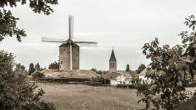 Λίγο ολλανδική πόλη με τον ανεμόμυλο Στοκ εικόνες με δικαίωμα ελεύθερης χρήσης
