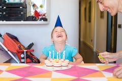 Λίγο παιδί με κέικ γενεθλίων δίπλα στη γυναίκα Στοκ Φωτογραφίες