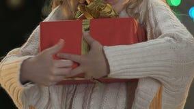 Λίγο παιδί που αγκαλιάζει στενά το αναμενόμενο για καιρό παρόν, πίστη στο θαύμα Χριστουγέννων φιλμ μικρού μήκους