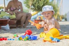 Λίγο παιδί που παίζει με τα παιχνίδια παραλιών στην τροπική παραλία Στοκ φωτογραφίες με δικαίωμα ελεύθερης χρήσης