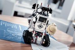 Λίγο παιχνίδι ρομπότ που κρατά τη σφαίρα Στοκ φωτογραφίες με δικαίωμα ελεύθερης χρήσης