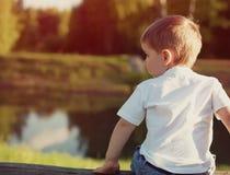 Λίγο παιδί από το πίσω σκεπτικό κοίταγμα μακριά Στοκ εικόνα με δικαίωμα ελεύθερης χρήσης