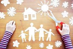 Λίγο παιδί κάνει τη σύνθεση για την ευτυχή οικογένεια Περίληψη imag Στοκ εικόνα με δικαίωμα ελεύθερης χρήσης