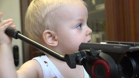 Λίγο παιδί που ανακαλύπτει το τρίποδο 4K UltraHD, UHD απόθεμα βίντεο