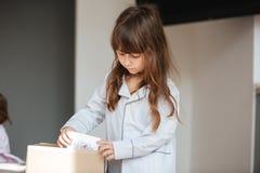 Λίγο παιδί που ξεπερνά τις κάρτες συσκευασίας Στοκ Εικόνες