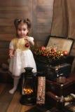 Λίγο παιδί που παίζει με τα παιχνίδια σε ένα δωμάτιο με το decorati Χριστουγέννων Στοκ Φωτογραφίες