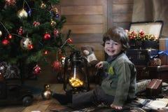 Λίγο παιδί που παίζει με τα παιχνίδια σε ένα δωμάτιο με το decorati Χριστουγέννων Στοκ φωτογραφίες με δικαίωμα ελεύθερης χρήσης