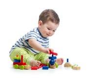 Λίγο παιδί που παίζει με το σύνολο κατασκευής Στοκ Εικόνες