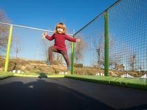 Λίγο παιδί που πηδά στο τραμπολίνο Στοκ εικόνες με δικαίωμα ελεύθερης χρήσης