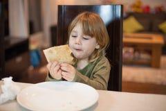 Λίγο παιδί που φαίνεται μερίδα πιτσών στο σπίτι Στοκ φωτογραφίες με δικαίωμα ελεύθερης χρήσης