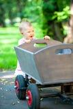 Λίγο παλαιό καροτσάκι βαγονιών εμπορευμάτων ώθησης παιδιών στοκ εικόνες