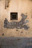 Λίγο παράθυρο και πελεκημένος τοίχος στοκ φωτογραφίες με δικαίωμα ελεύθερης χρήσης
