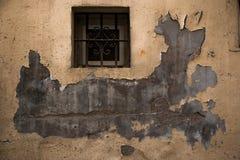 Λίγο παράθυρο και πελεκημένος τοίχος στοκ φωτογραφίες