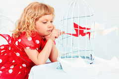 Λίγο πουλί σε ένα κλουβί Στοκ εικόνα με δικαίωμα ελεύθερης χρήσης