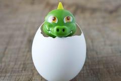 Λίγο πράσινος δράκος παιχνιδιών eggshell Στοκ εικόνα με δικαίωμα ελεύθερης χρήσης